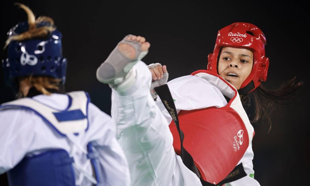 A brasileira Julia Vasconcelos dos Santos, de vermelho, perdeu sua luta para a finlandesa Suv Mikkonen, na manhã desta quinta-feira, na Arena Carioca 3, no Parque Olimpico da Barra Daniel Marenco / Agência O Globo