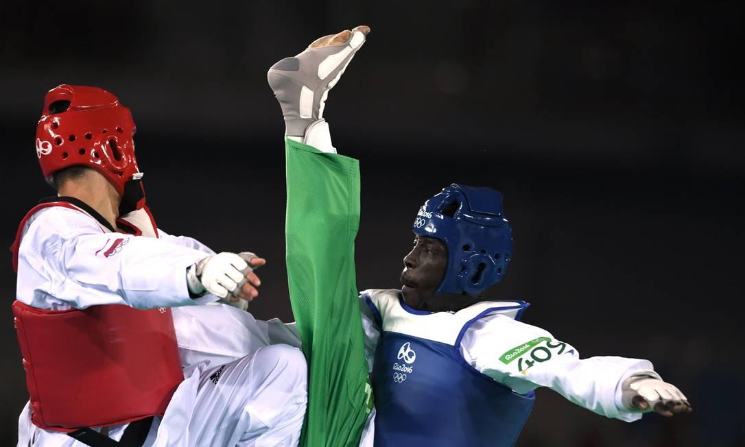 Balla Dieye tenta encaixar o golpe na luta, mas não foi o suficiente ED JONES / AFP