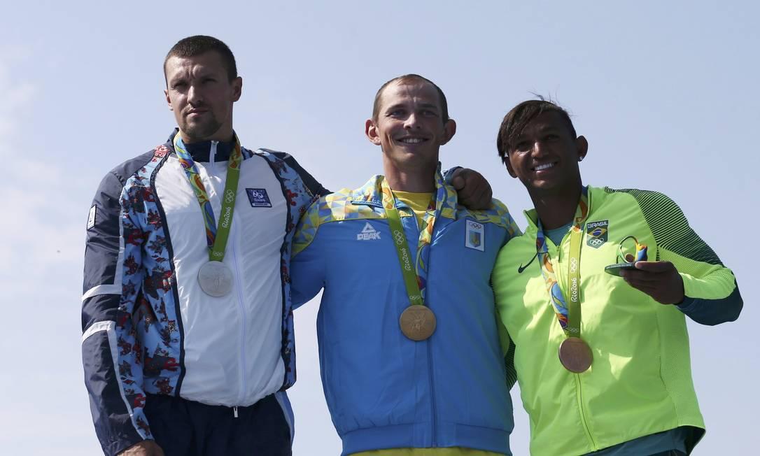O pódio da categoria C1-200m, com Valentin Demyanenko, do Azerbaijão, Yuriy Cheban, da Ucrânia e o brasileiro Isaquias Queiroz dos Santos MARCOS BRINDICCI / REUTERS