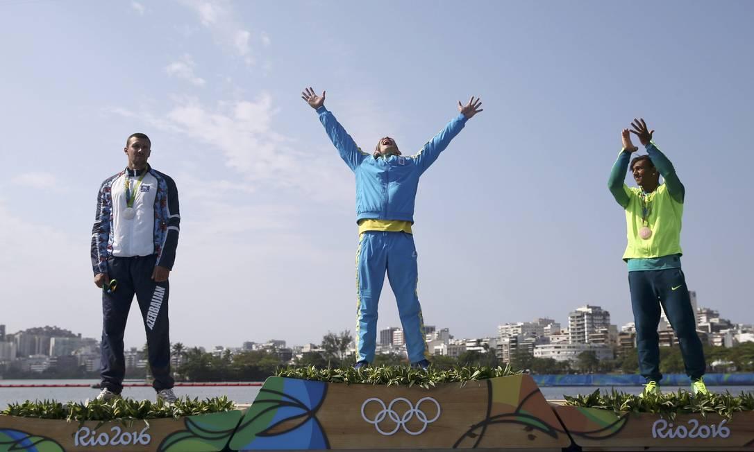 O atleta do Azerbaijão vibrou muito com a vitória na canoagem de velocidade MARCOS BRINDICCI / REUTERS