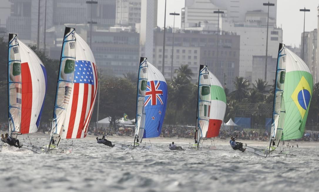 França, Estados Unidos, Nova Zelândia, Itália e Brasil na disputa da regata, com a torcida ao fundo, na Praia do Flamengo BENOIT TESSIER / REUTERS