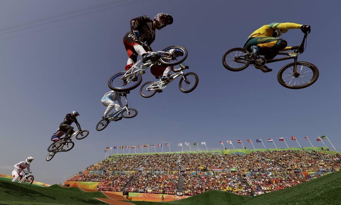 Anthony Dean, da Austrália (direita) e Connor Fields, dos Estados Unidos (no centro), durante as quartas de final do ciclismo BMX John Locher / AP