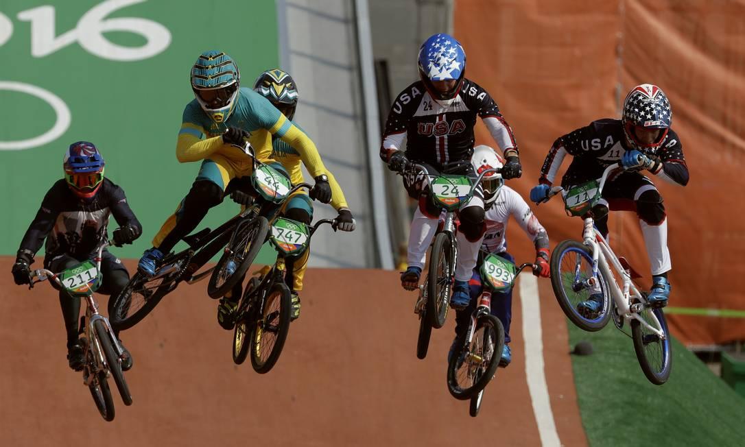 Na prova masculina, os pilotos desafiam a gravidade em saltos para ganhar velocidade e chegar na frente John Locher / AP