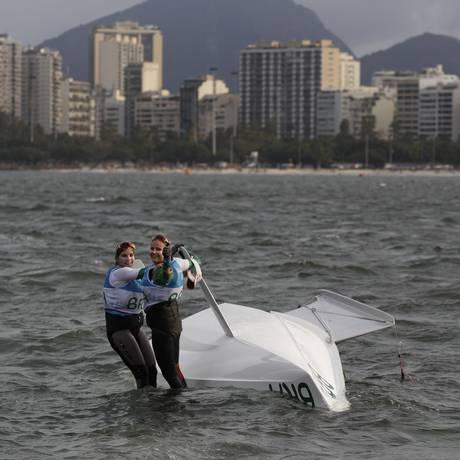 Kahena Kunze e Martine Grael: barco virado em celebração pelo ouro, e muita alegria Foto: Bernat Armangue / AP