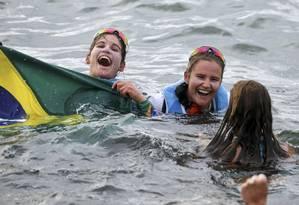Martine e Kahena Kunze mergulham com fãs nas águas da Baía de Gunabara: gargalhadas e alegria no mar Foto: BENOIT TESSIER / REUTERS