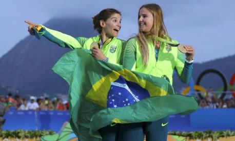 Vela Skiff Feminino - 49er FX - cerimônia da vitória - Medalhistas de ouro Martine Grael e Kahena Kunze do Brasil posam com suas medalhas Foto: BRIAN SNYDER / REUTERS