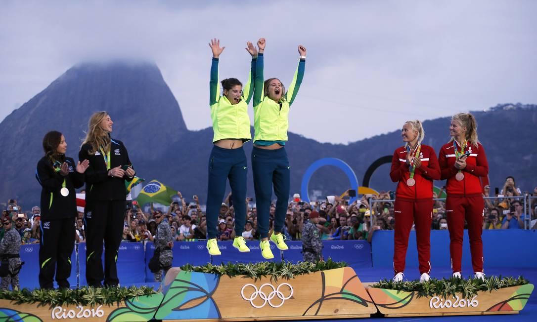 Martine Grael e Kahena Kunze comemoram pulando no pódio Jorge William / Agência O Globo