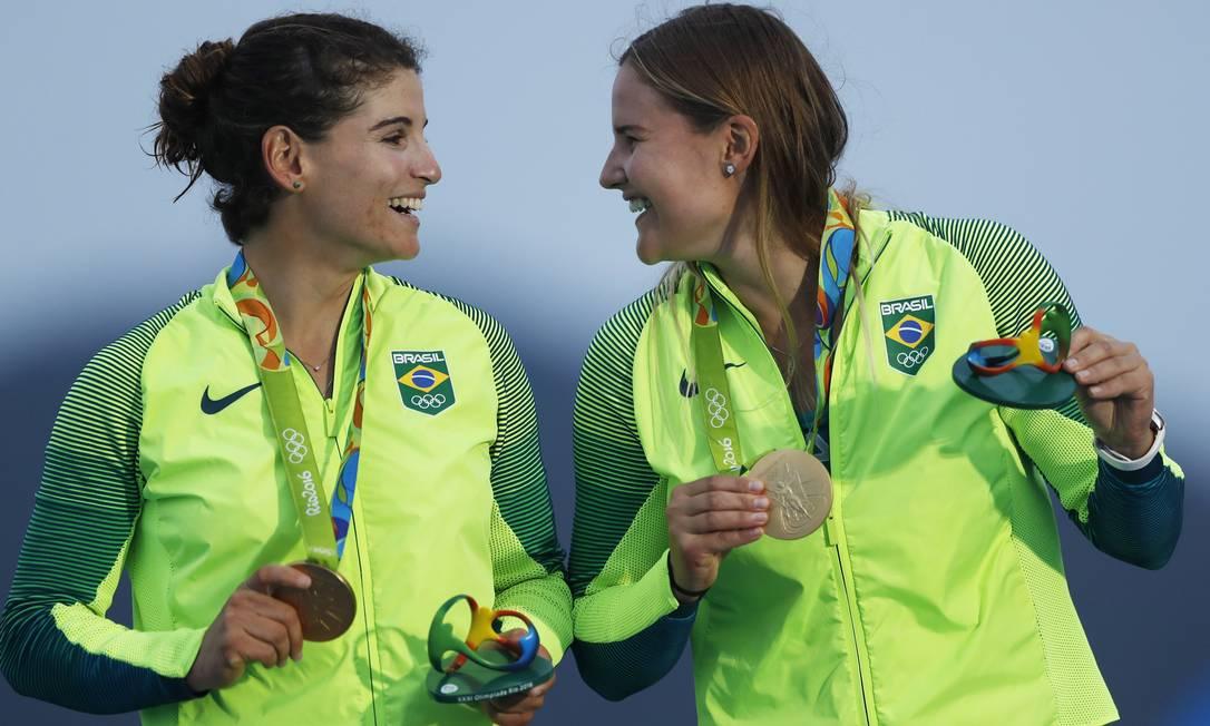 Martine Grael e Kahena Kunze comemoram a medalha de ouro Jorge William / Agência O Globo