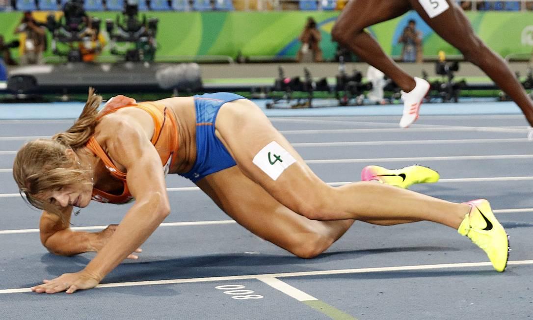 Dafne Schippers, da Holanda, cai depois de cruzar a linha de chegada na prova dos 200m ADRIAN DENNIS / AFP