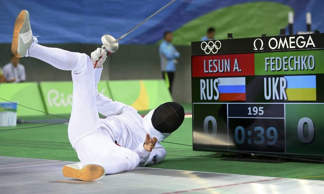 Aleksander Lesun, da Rússia, cai durante luta de esgrima JEREMY LEE / REUTERS