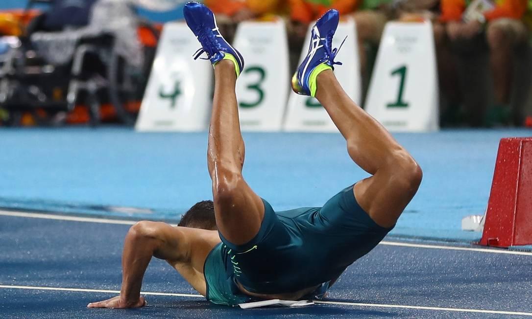 O brasileiro João Vitor de Oliveira cai nos 110m com barreiras KAI PFAFFENBACH / REUTERS