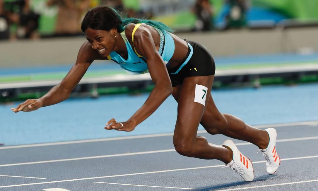 Shaunae Miller, de Bahamas cai ao cruza a linha de chegada para vencer os 400m ADRIAN DENNIS / AFP