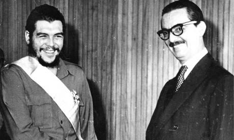 Polêmica. Em Brasília, o presidente Jânio Quadros cumprimenta Che Guevara, líder de Cuba, desagradando à UDN e a militares Foto: 20/08/1961 / Agência O Globo