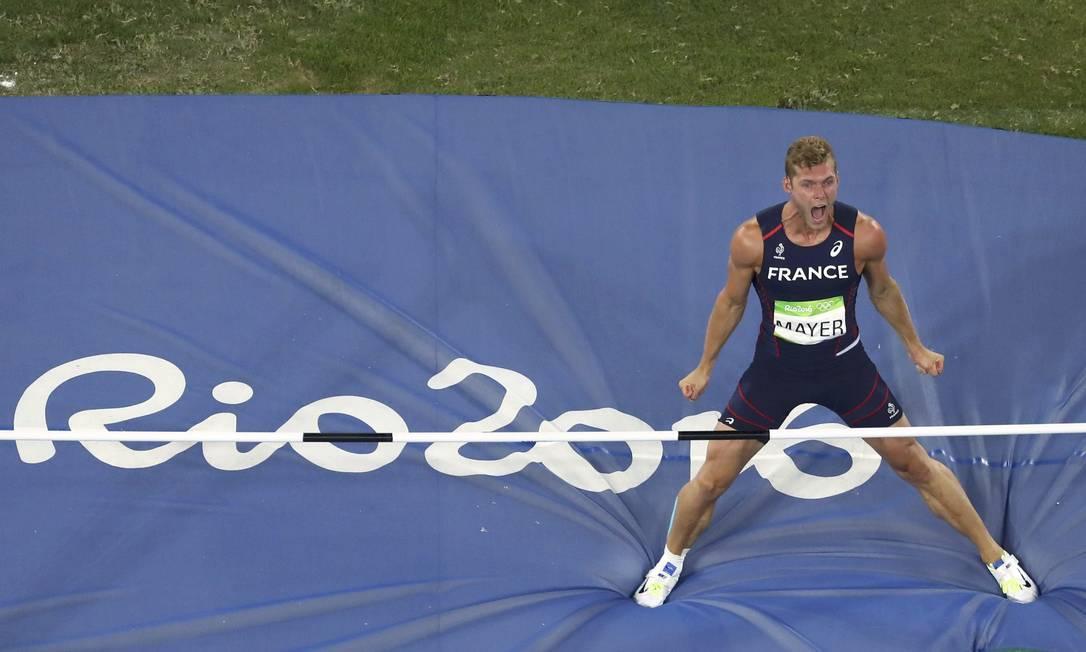 Kevin Mayer vibrou muito ao terminar na primeira colocação a prova do salto com vara FABRIZIO BENSCH / REUTERS
