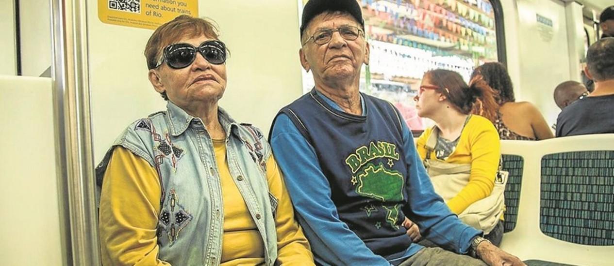 Desrespeito aos assentos preferencias nos transportes publicos. Na foto o casal Genival Guedes e Gloria Nascimento. Foto: Hermes de Paula / Agencia O Globo.