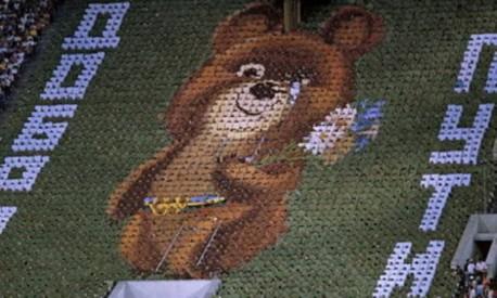 Emoção. Misha, mascote dos Jogos de Moscou, despede-se em lágrimas no encerramento da festa, no estádio olímpico Foto: 03/08/1980 / Arquivo
