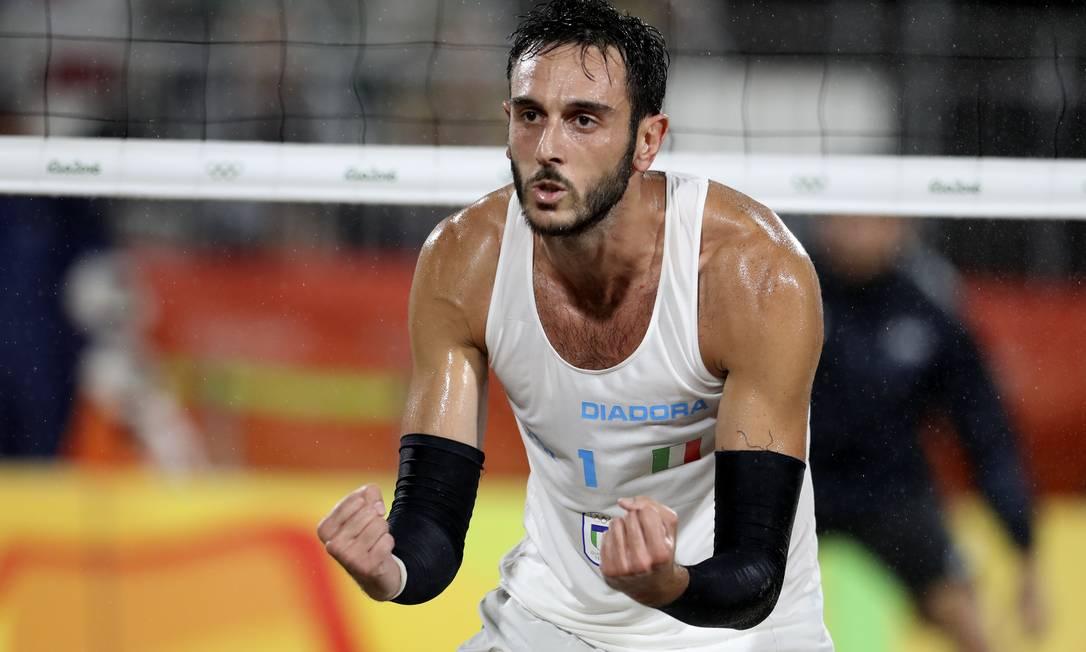 O italiano Paolo Nicolai também celebra ponto italiano, em jogo de altíssimo nível na Arena de Copacaban Petr David Josek / AP