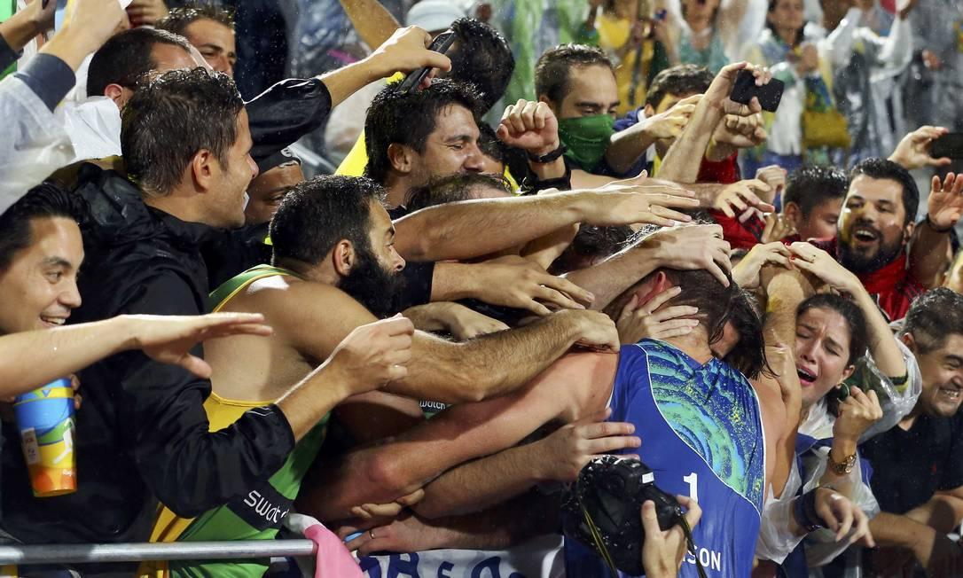 Nos braços da torcida: depois da conquista, Alison vai celebrar com a torcida, que lotou a Arena da Copacabana MURAD SEZER / REUTERS