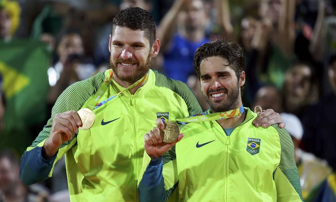 Os parceiros Alison e Bruno posam com a medalha dourada, a quinta do Brasil na Rio-2016 MURAD SEZER / REUTERS