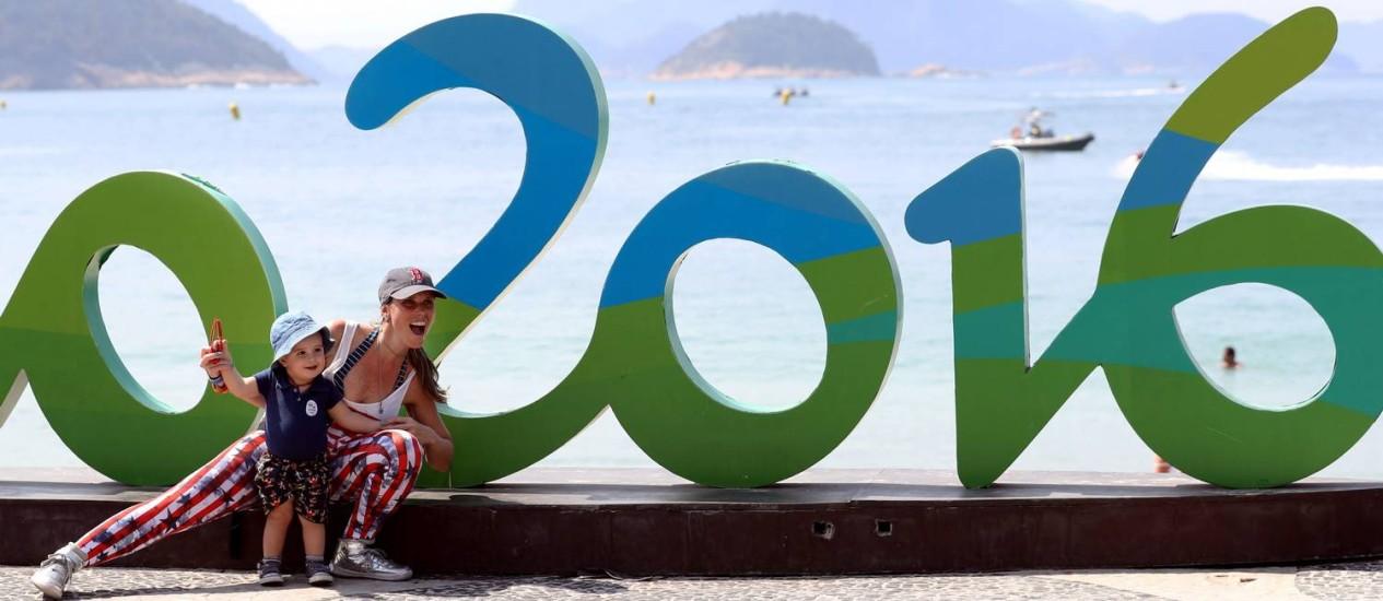 Turistas tiram foto em símbolo olímpico em Copacabana Foto: Marcelo Carnaval / O Globo