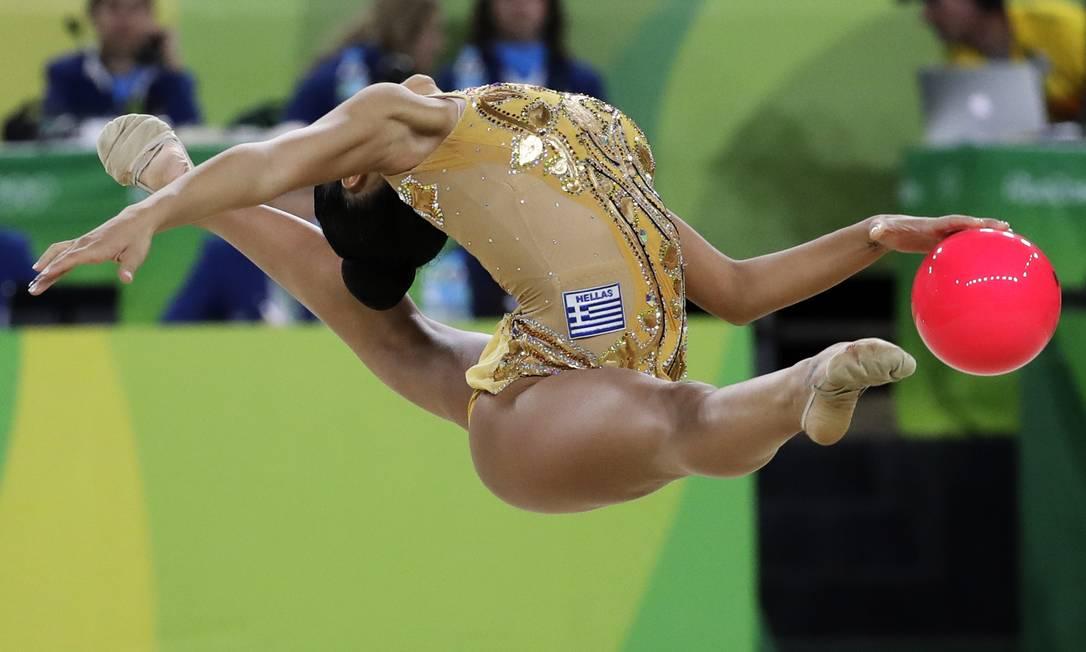 A graça da grega Varvara Filiou na fase classificatória da ginástica rítmica Rebecca Blackwell / AP