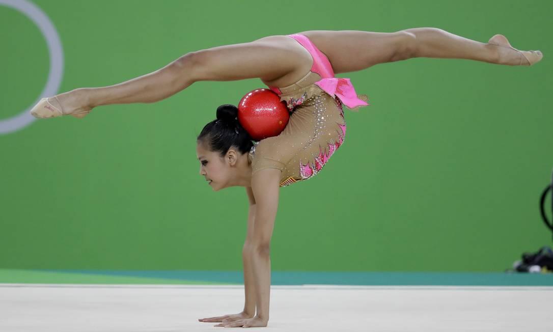 Laura Zeng, dos EUA, mostra elasticidade em sua performance Rebecca Blackwell / AP