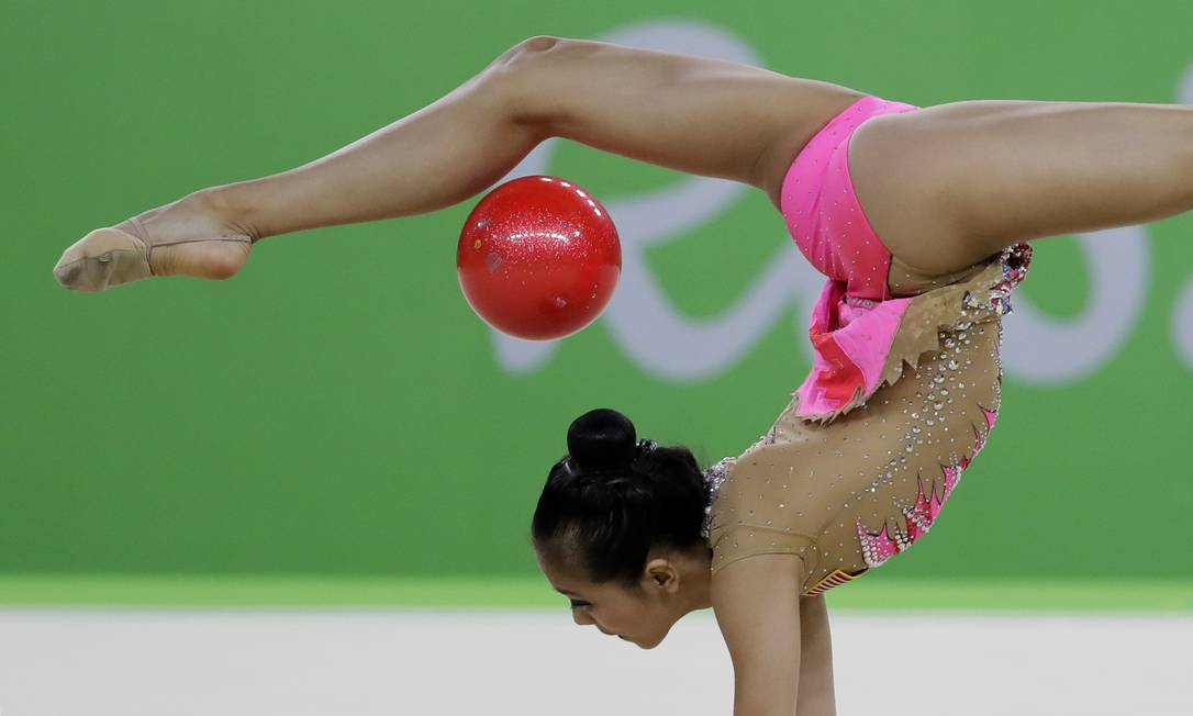 Laura Zeng em mais um ângulo: vendo ela fazer, parece até fácil Rebecca Blackwell / AP