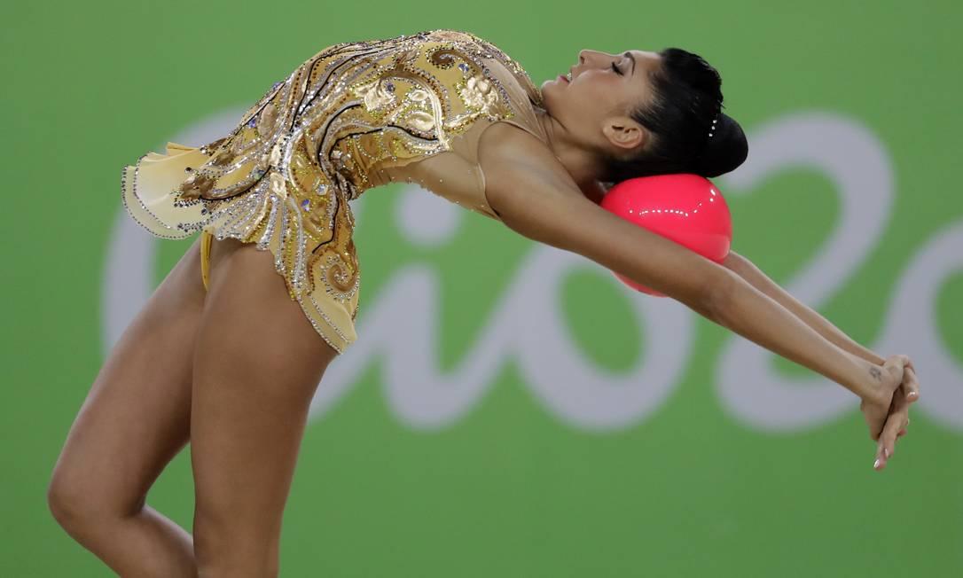 Varvara Filiou no exercício com a bola Rebecca Blackwell / AP