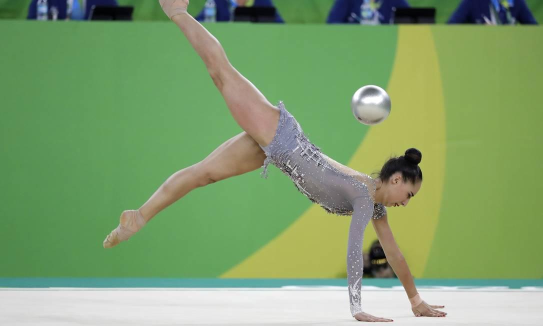 O equilíbrio e a habilidade de Salome Pazhava Rebecca Blackwell / AP