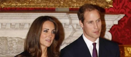 Kate Middleton e príncipe William anunciam noivado, em novembro de 2010: vestido de brasileira virou um dos mais famosos da história Foto: REUTERS