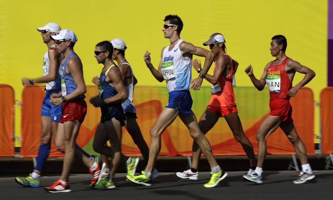 O competidor não pode tirar os pés completamnete do chão, senão é desclassificado Robert F. Bukaty / AP