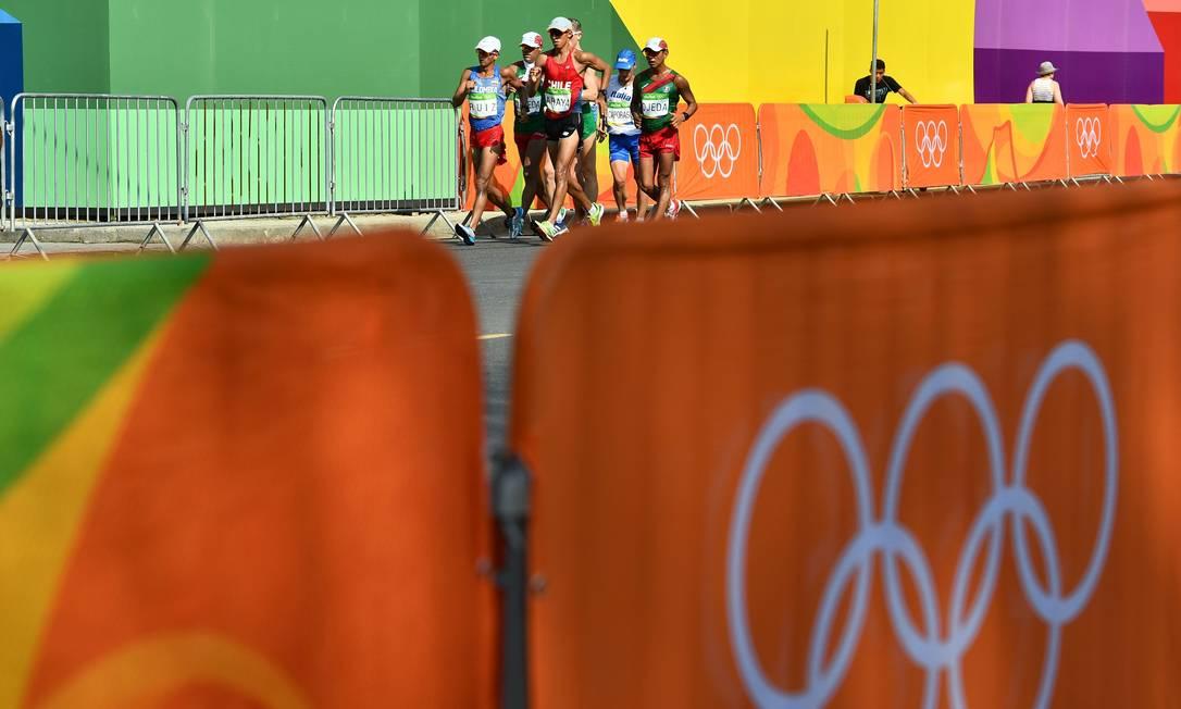 Os anéis olímpicos e os marchadores JEWEL SAMAD / AFP