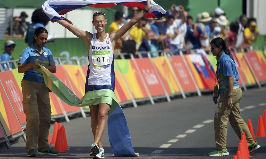 Matej Toth da Eslováquia comemora a conquista da medalha de ouro TOBY MELVILLE / REUTERS