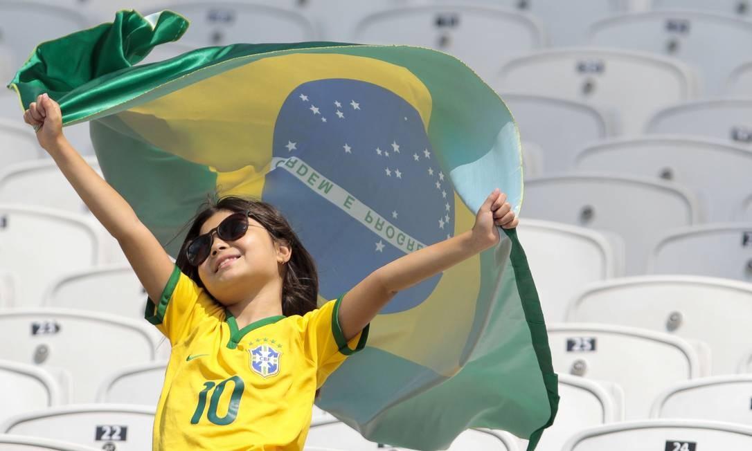 Menina torce pela seleção feminina do Brasil na disputa do bronze, no Itaquerão, contra o Canadá Foto: MIGUEL SCHINCARIOL / AFP