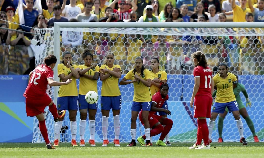 Christine Sinclair (12) bate falta para o Canadá na decisão do bronze contra a seleção brasileira FERNANDO DONASCI / REUTERS