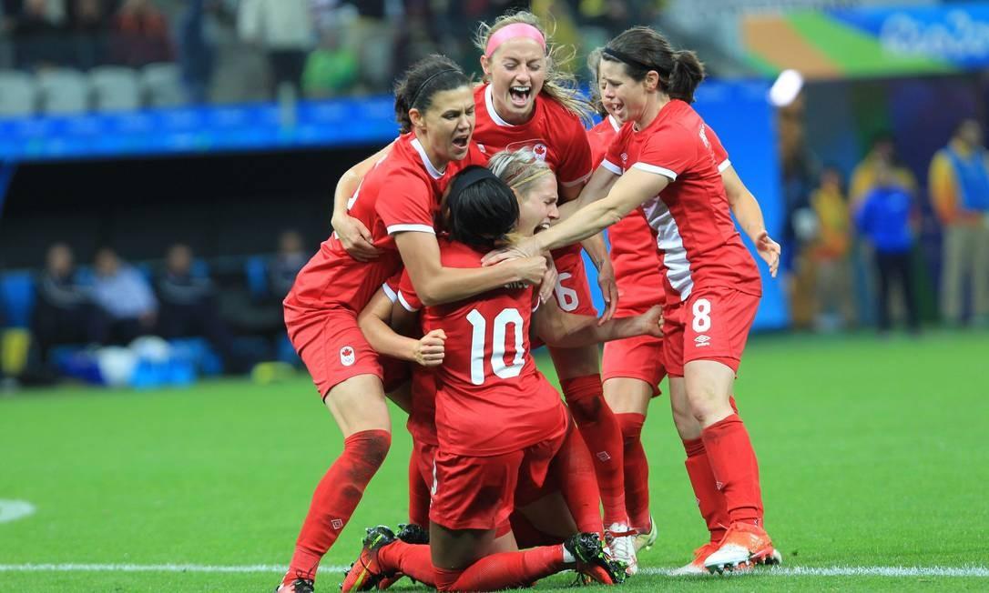 Canadenses comemoram gol contra o Brasil Foto: Marcos Alves / Agência O Globo