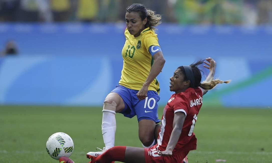 Marta tenta passar por Ashley Lawrence Foto: Nelson Antoine / AP