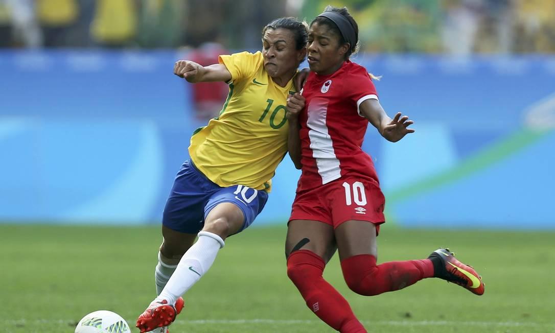 Marta disputa bola com Ashley Lawrence FERNANDO DONASCI / REUTERS