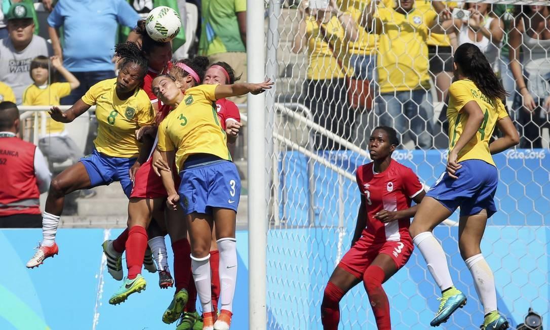 Jogadoras disputam de bola durante a final Foto: PAULO WHITAKER / REUTERS