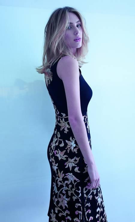 Vestido Chanel (a partir de R$ 23.610). Brincos Manuela Noronha (R$ 280) Foto: Lucas Bori