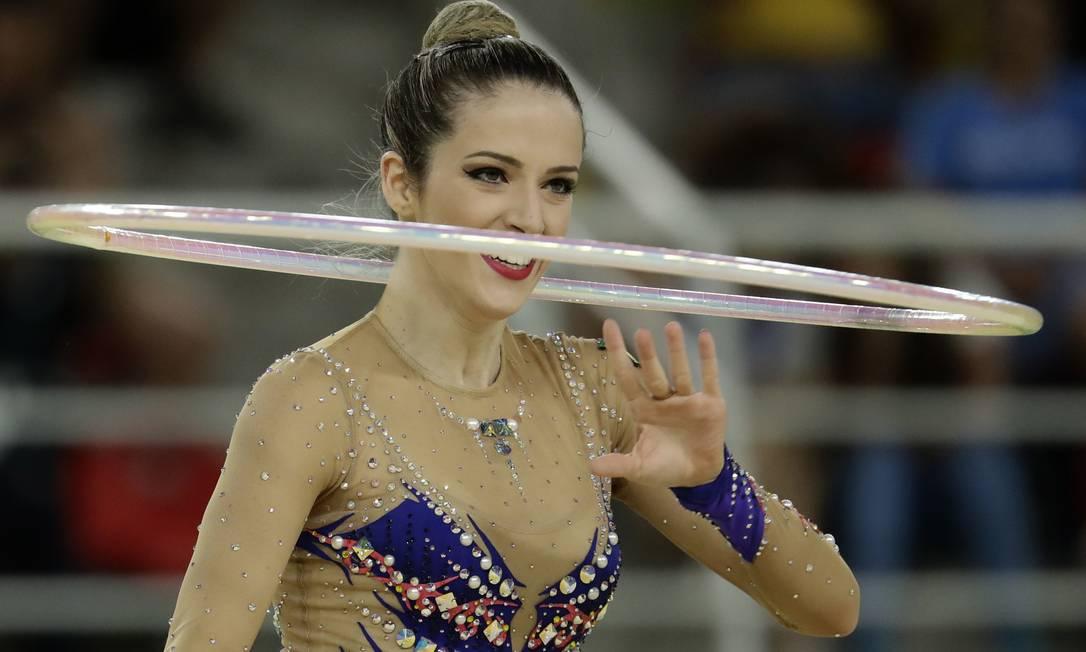 Natalia Gaudio, do Time Brasil, durante sua apresentação na ginástica rítmica com bambolê - Olimpíada do Rio-2016 Dmitri Lovetsky/AP