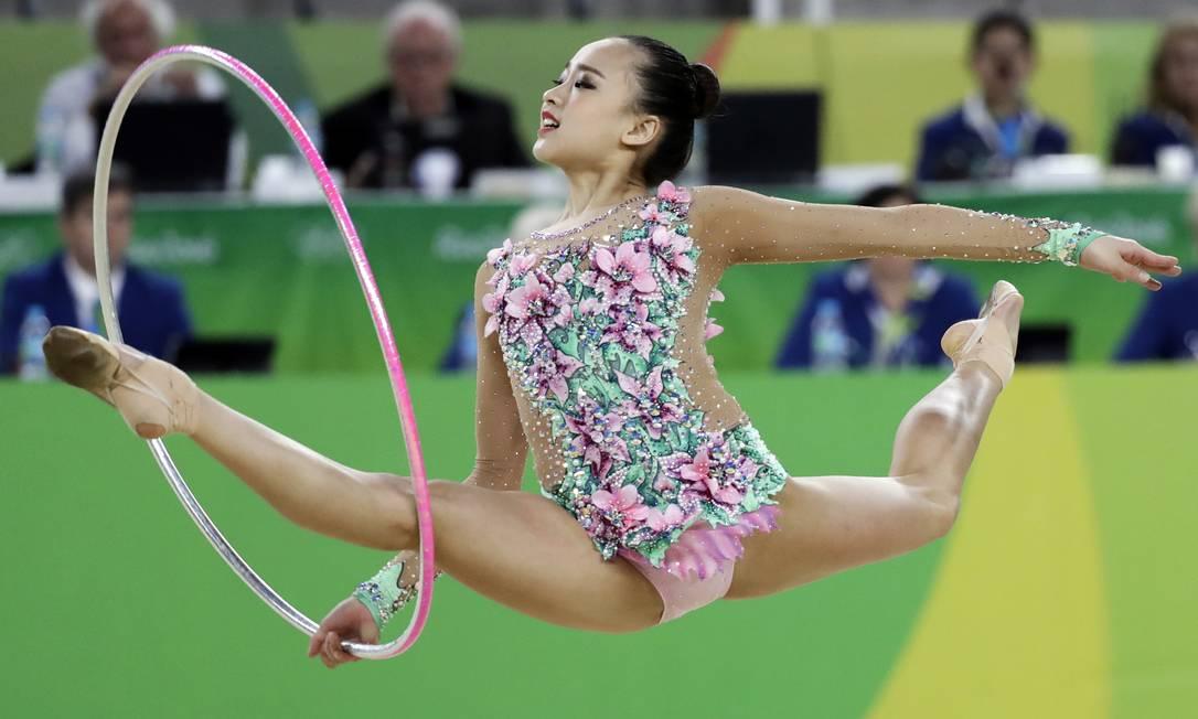 Son Yeon-jae, da Coréia do Sul,durante sua apresentação na ginástica rítmica com bambolê - Olimpíada do Rio-2016 Rebecca Blackwell / AP Photo/Rebecca Blackwell