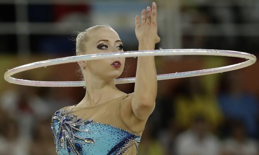 Kseniya Moustafaeva, da França, durante sua apresentação na ginástica rítmica com bambolê - Olimpíada do Rio-2016 Dmitri Lovetsky / AP/Dmitri Lovetsky