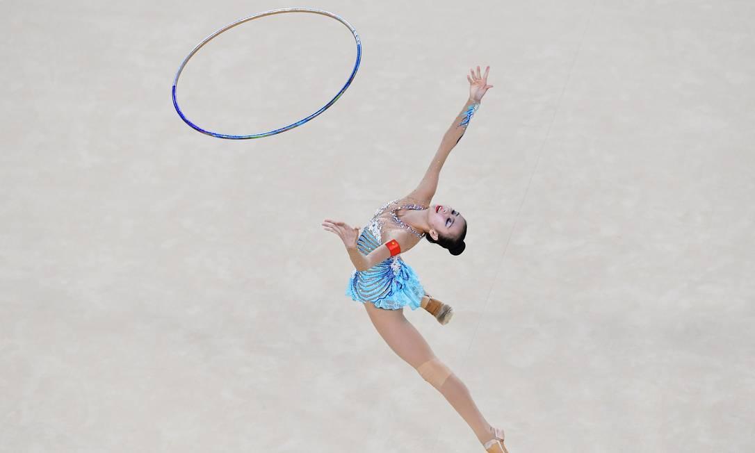 Shang Rong, da China, durante sua apresentação na ginástica rítmica com bambolê - Olimpíada do Rio-2016 BEN STANSALL / AFP PHOTO / Ben STANSALL
