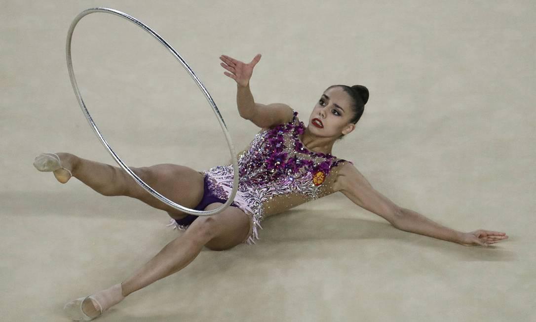 Margarita Mamun, da Rússia, durante sua apresentação na ginástica rítmica com bambolê - Olimpíada do Rio-2016 Julio Cortez / AP Photo/Julio Cortez