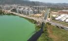 Rio Arroio Pavuna desagua na Lagoa de Jacarepaguá. O acúmulo de esgoto na lagoa leva à proliferação de cianobactérias, que dão o tom esverdeado às águas Foto: Arquivo pessoal