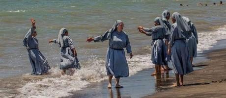 Imã publicou foto de freiras se divertindo na praia após polêmica por proibição do burquíni Foto: Reprodução