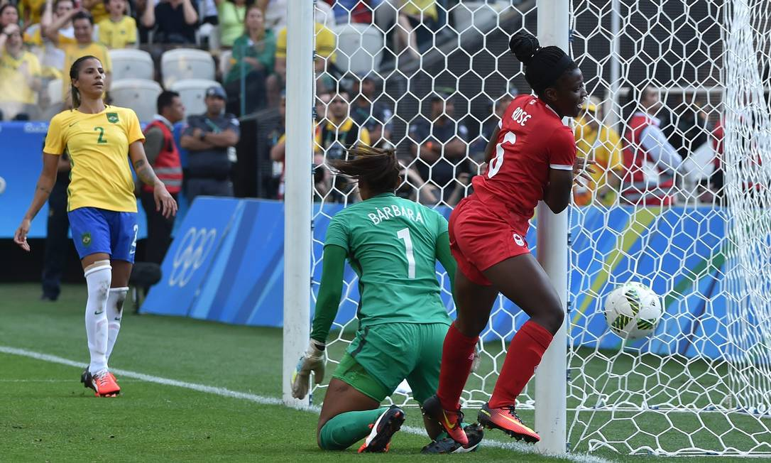 Deanne Rose, do Canadá, comemora seu gol contra o Brasil NELSON ALMEIDA / AFP