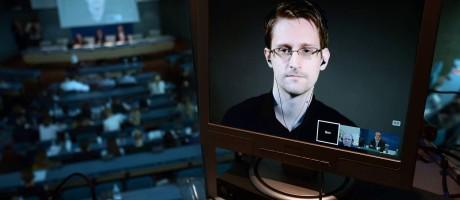 Em 2015, ex-analista da NSA, Edward Snowden, participa de transmissão ao vivo em tela de computador Foto: FREDERICK FLORIN / AFP