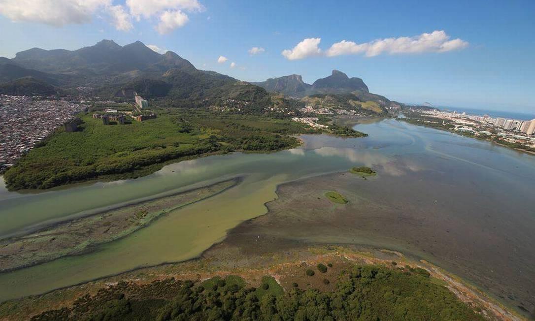 O despejo de esgoto na Lagoa da Tijuca, na Zona Oeste, contribui para seu assoreamento Foto: Arquivo pessoal / Arquivo pessoal
